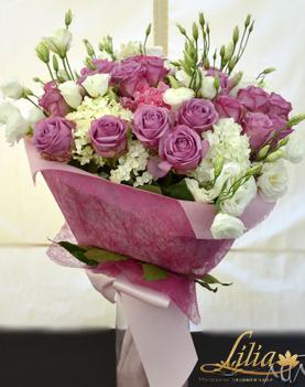 Bouquet of roses, hydrangea and EUSTOMA